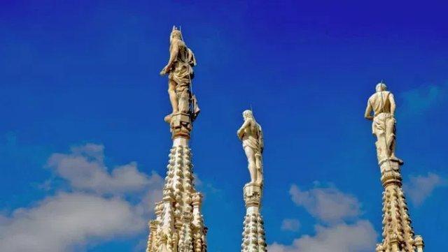 На крыше Миланского собора оживают статуи