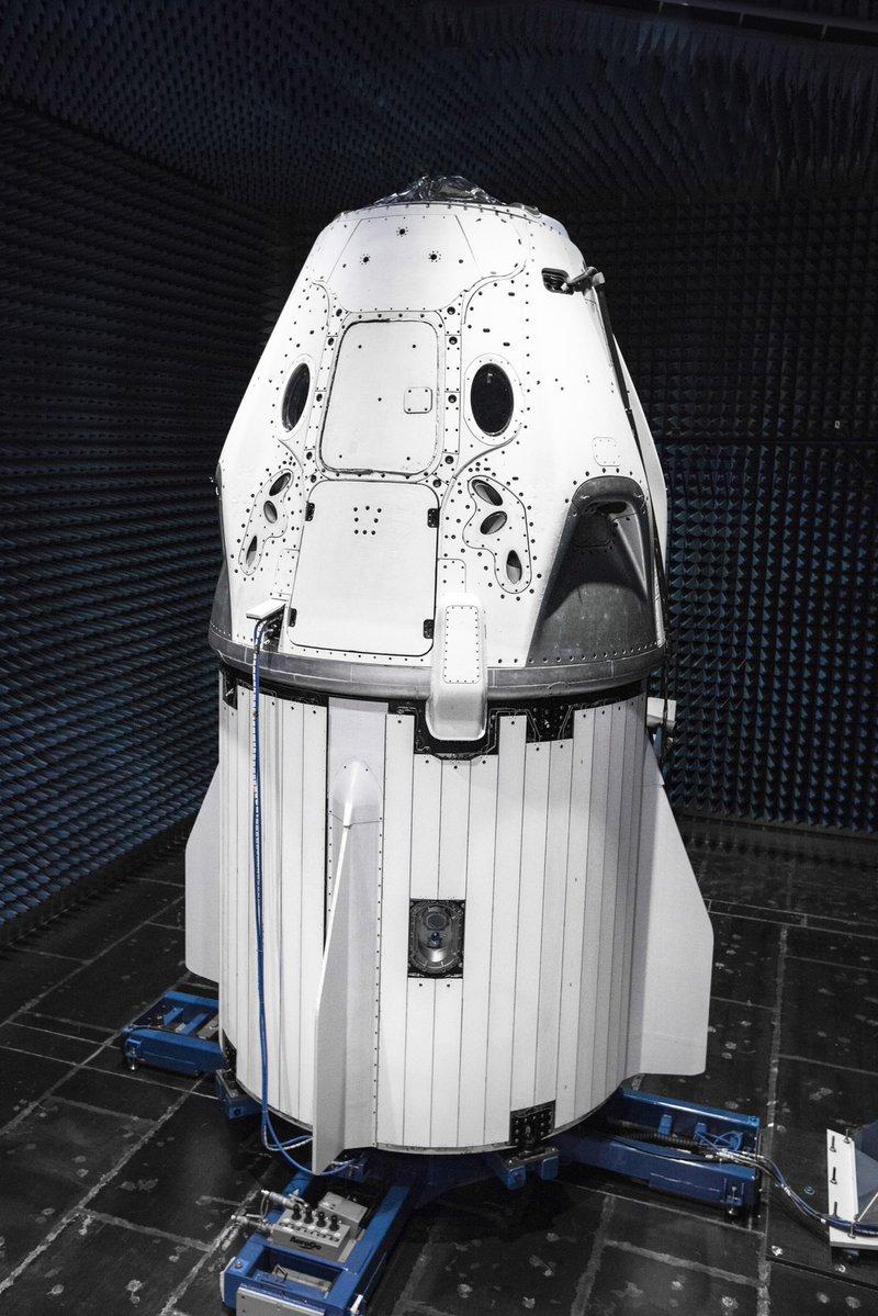 Илон Маск показал дизайн нового космического корабля Dragon 2