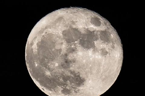 Китай отправил первый в мире спутник к обратной стороне Луны