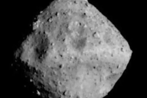 Зонд сфотографировал похожий на драгоценный камень астероид