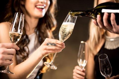 Хороший секс и профилактика инфаркта: названы полезные свойства шампанского