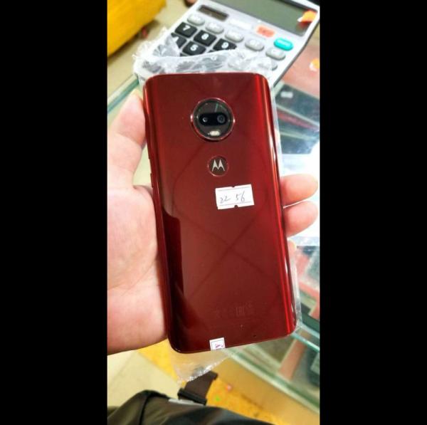В сеть слили первые живые фото смартфона Moto G6 Plus с «каплевидной челкой»