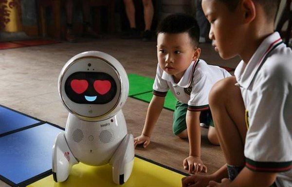 В Китае учителей начали заменять «умными» двуногими роботами