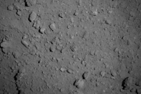 Японский зонд сфотографировал астероид Рюгу с рекордно близкого расстояния