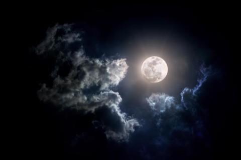 Впервые в истории: в NASA обнаружили замерзшую воду на Луне