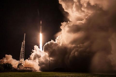 SpaceX удачно запустила ракету со спутником на борту