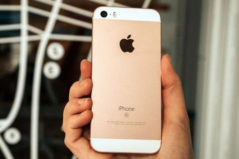 Рухнул в цене: 5 причин купить iPhone SE в 2018 году