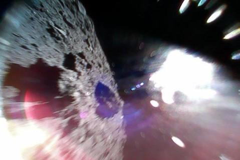 Созданные в Японии роботы-прыгуны прислали первые фото астероида