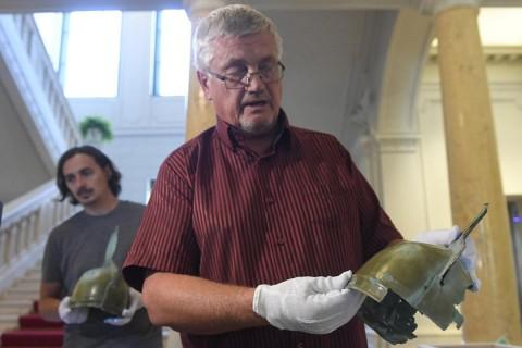 В Словакии мужчина нашел два шлема эпохи бронзового века во время сбора грибов