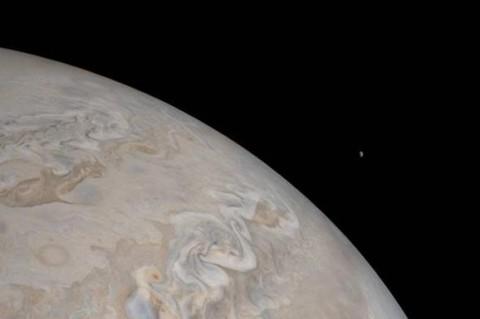 NASA обнародовало фото Юпитера и его спутника