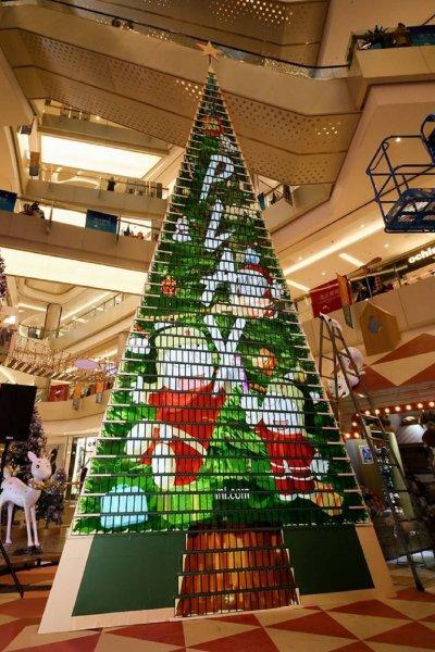 Xiaomi соорудила «рождественскую елку» из тысячи смартфонов Mi Play
