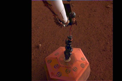 Аппарат NASA установил на поверхности Марса сейсмометр