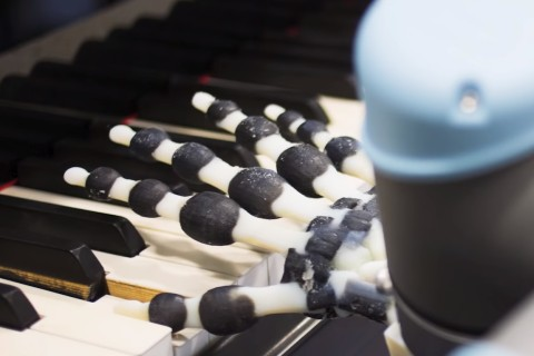 Ученые напечатали на 3D-принтере роботизированную руку, играющую на пианино