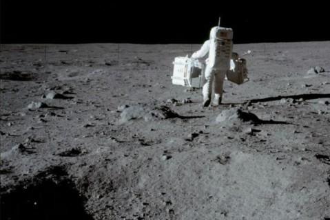 Ученые рассказали, почему жизнь на Луне опасна для человека