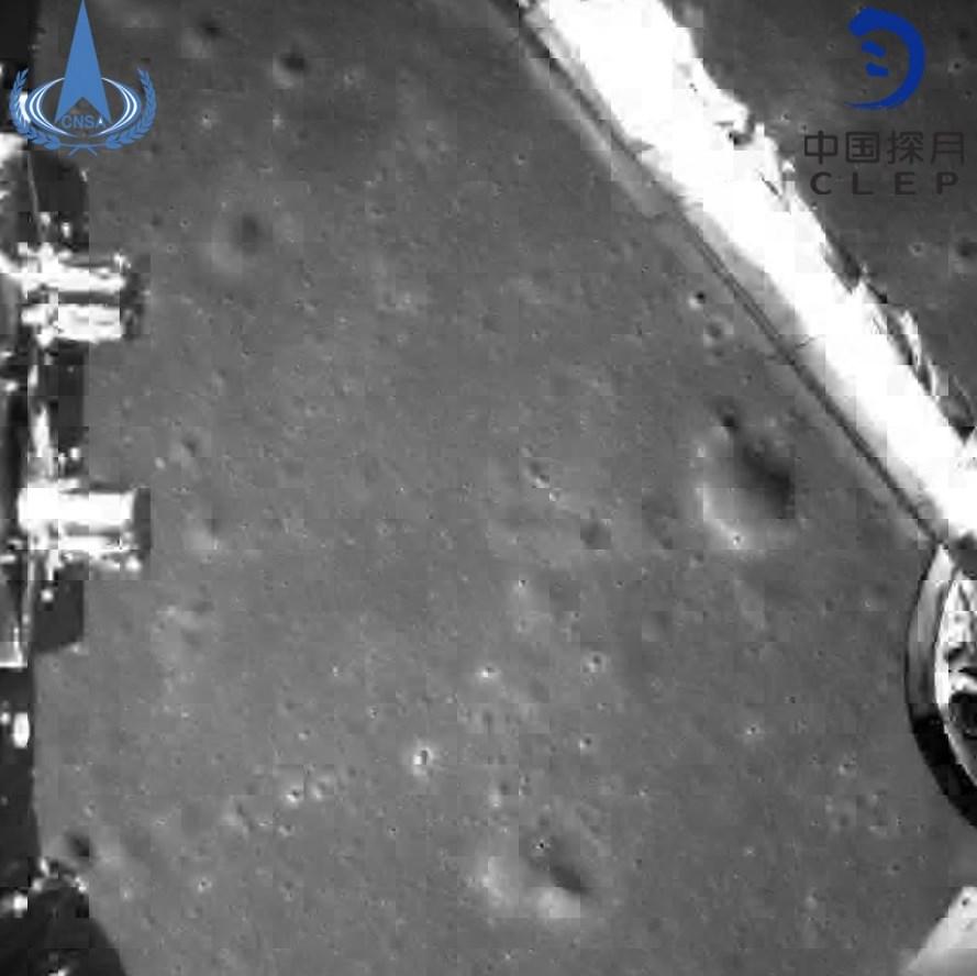 Китайский космический аппарат сделал первые в истории снимки обратной стороны Луны