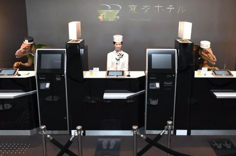 Японскому отелю пришлось уволить работников-роботов и нанять людей