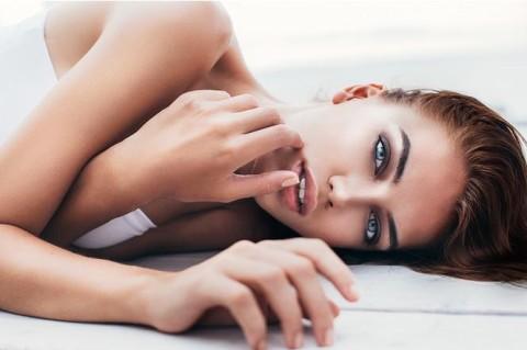 Ученые определили связь между возрастом первого секса и распущенностью женщин