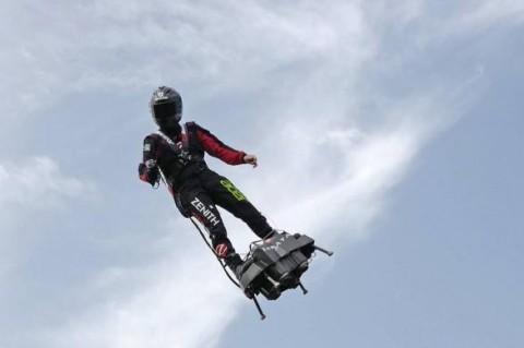Французский инженер преодолел Ла-Манш на летающей доске