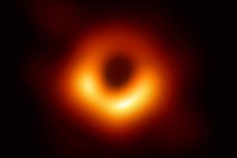 Ученые узнали, какие звуки издает черная дыра