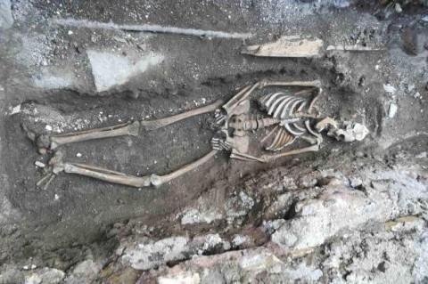 Рабочие метро случайно наткнулись на скелет матери с младенцем
