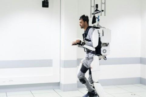 Благодаря экзоскелету парализованный парень смог ходить