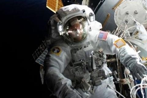 Американские астронавты провели семь часов в открытом космосе