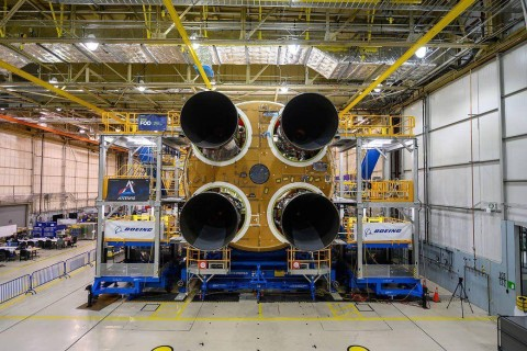 Сотрудники NASA установили последний двигатель на ракете для запуска на Луну