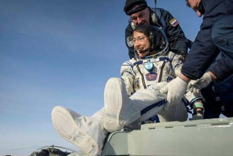 Американская астронавтка-рекордсмен вернулась на Землю