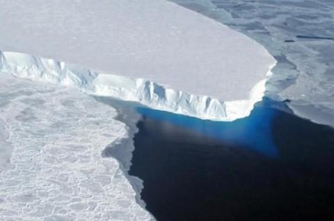 Огромный айсберг начал двигаться в сторону Атлантики