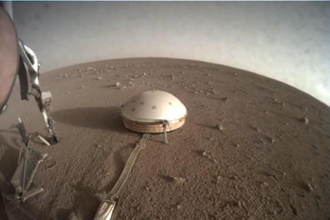 Зонд InSight на Марсе починили с помощью удара