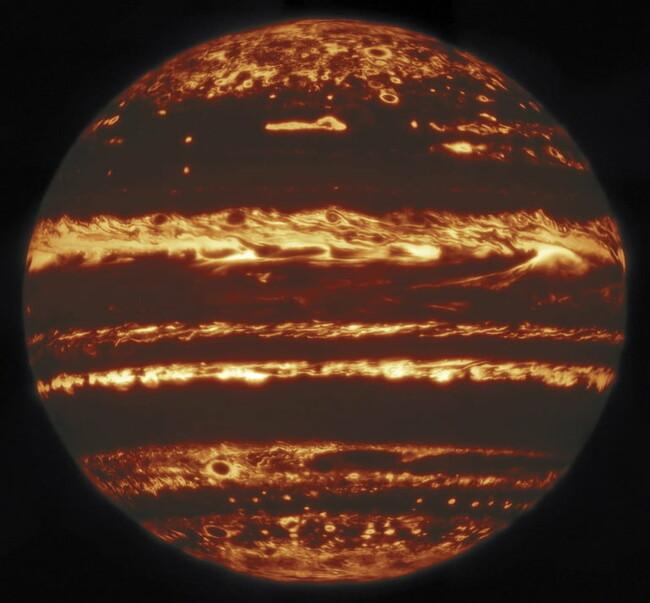 Астрономы смогли сделать самые яркие в истории фотографии Юпитера через облака