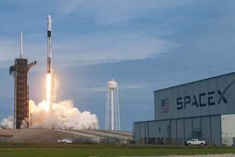 Корабль с астронавтами SpaceX возвращаются на Землю