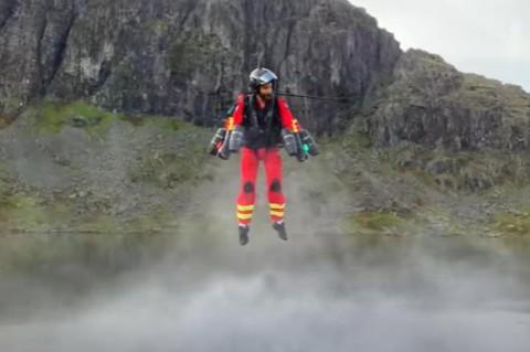 Спасательные службы Британии протестировали реактивный ранец на медработнике: полет удался