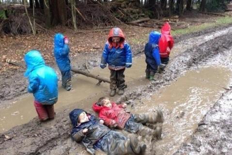 Финские ученые доказали, что детям нужно играть в грязи