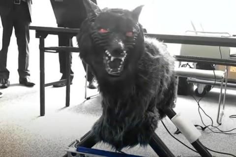 В Японии для отпугивания хищников ученые создали робота-волка