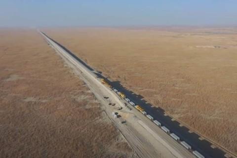 В Китае строят железную дорогу посреди пустыни