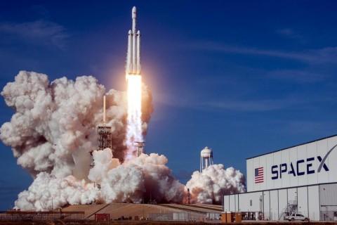 SpaceX разыграет два места в первом гражданском полете в космос
