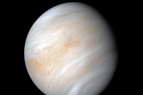 Ученым удалось впервые заснять свечение Венеры