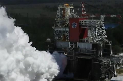 В NASA испытали двигатели ракеты для полета на Луну