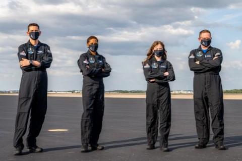 Ни одного профессионала: SpaceX представила экипаж первой гражданской миссии