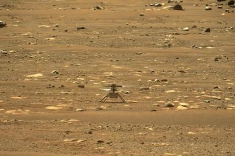 Дрон-вертолет прислал цветное фото Марса с воздуха