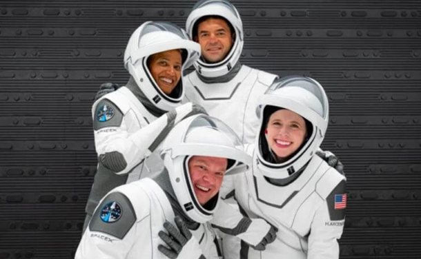 Компания Илона Маска SpaceX отправила в космос первых туристов