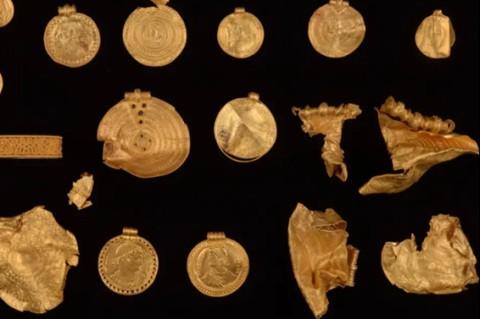 Самый большой клад в стране: датчанин случайно нашел килограмм старинного золота