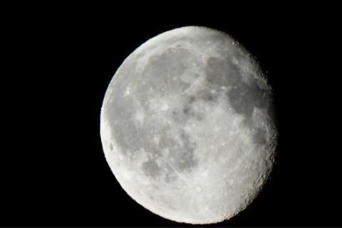 Ученые нашли на Луне следы лавы, однако не могут понять их происхождение